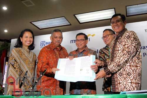 lantaibursa.id/MS Fahmi (kiri-kanan) Menteri BUMN Rini Soemarno, Direktur Utama PLN Sofyan Basir, Direktur Utama Bank BRI Asmawi Syam, Direktur Utama Bank Mandiri Kartika Wirjoatmodjo, Direktur Utama Bank BNI Achmad Baiquni saat memperlihatkan naskah perjanjian pinjaman di kementerian BUMN, Jakarta, Jumat (9/9). PLN mendapatkan dukungan dari sinergi perbankan BUMN (BNI, BRI, Bank Mandiri) melalui penyediaan komitmen pinjaman untuk kredit investasi senialai 12 triliun Rupiah dan kredit tambahan modal kerja sebesar 20 triliun rupiah.