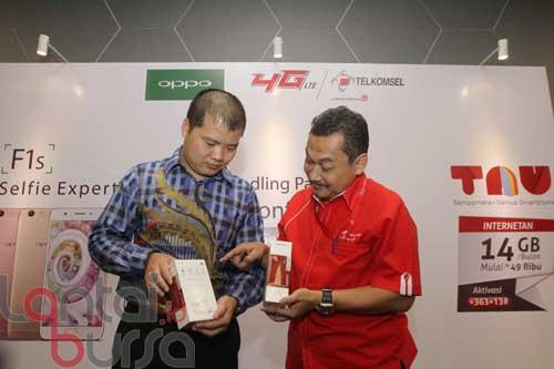 """lantaibursa.id/MS Fahmi VP Prepaid Marketing Telkomsel Onang Prihadi (kanan) dan Direktur Sales & Marketing OPPO Indonesia Jason Lee meluncurkan paket bundling OPPO F1s Telkomsel di Jakarta, Jumat (23/9). Pembeli paket bundling smartphone 4G """"Selfie Expert"""" ini bisa menikmati kuota data sebesar 14 GB perbulan dengan harga mulai dari Rp 49.000, cukup dengan menghubungi *363*13#."""