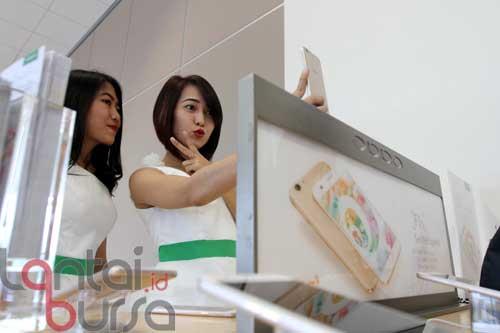 """lantaibursa.id/MS Fahmi Dua orang Sales Promotion Girls saat mencoba produk Smartphone OPPO pada peuncurkan paket bundling OPPO F1s Telkomsel di Jakarta, Jumat (23/9). Pembeli paket bundling smartphone 4G """"Selfie Expert"""" ini bisa menikmati kuota data sebesar 14 GB perbulan dengan harga mulai dari Rp 49.000, cukup dengan menghubungi *363*13#."""