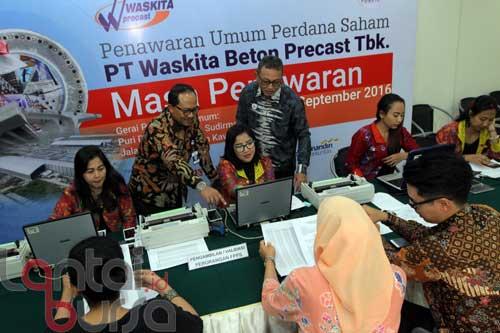 lantaibursa.id/MS Fahmi Direktur utama PT. Waskita Beton Precast Tbk Jarot Subana (tiga kiri) bersama direktur pengembangan dan SDM Anton Nugroho (lima kiri) saat menyaksikan transaksi penjualan saham pada Penawaran Umum Perdana Saham PT. Waskita Beton Precast Tbk di Jakarta, Jumat (9/9). PT. Waskita Beton Precast Tbk menargetkan dana yang diraih sebesar 5,16 T atau setara dengan 40% dari modal yang ditempatkan dan direncanakan penggunaannya untuk modal kerja dan pengembangan bisnis. Masa penawaran dibuka dari tanggal 9-14 September 2016 serta harga perdana saham berada di RP 490/lembar.
