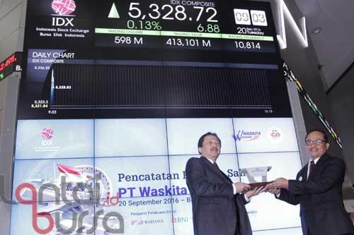 lantaibursa.id/MS Fahmi Direktur Utama PT Bursa Efek Indonesia, Tito Sulistio (kiri) menerima cinderamata dari Direktur Utama PT Waskita Beton Precast Tbk, Jarot Subana seusai membuka perdagangan saham perdana di Bursa Efek Indonesia, Selasa (20/9). WBSP resmi mencatatkan namanya menjadi emiten ke 532 di Bursa Efek Indonesia (BEI) dengan saham sebanyak 26,36 miliar, yang terdiri 15,81 miliar saham pendiri dan 10,54 miliar saham yang ditawarkan ke publik.