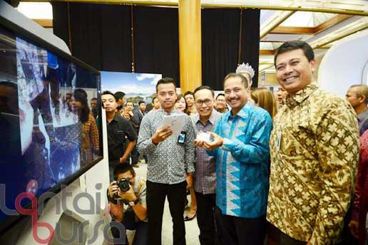 lantaibursa.id/MS Fahmi Direktur Konsumer & Retail BNI Anggoro Eko Cahyo (kanan) memberi penjelasan mengenai kartu kredit BNI kepada Menteri Pariwisata RI Arief Yahya (dua kanan) dan Direktur Utama Garuda Indonesia, Arief Wibowo (dua kiri) usai membuka Garuda Travel Fair 2016 (GATF) yang berlangsung pada 7 – 9 Oktober 2016 di Jakarta Convention Center, Jakarta, Jumat, (7/10). GATF diwarnai berbagai program menarik BNI yang menarik minat masyarakat untuk berkunjung, antara lain Free Entrance dengan menunjukkan Kartu BNI dan juga memberikan Cashback hingga Rp 1 juta bagi pengunjung yang bertransaksi dengan Kartu Kredit BNI Platinum, Signature, dan Infinite serta program ini tersedia bagi 600 tiket per hari GATF.