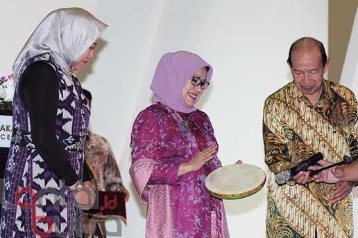 lantaibursa.id/MS Fahmi Ketua Umum Dewan Kerajinan Nasional (Dekranas) Mufidah Jusuf Kalla memukul gendang saat membuka Pameran Crafina 2016 di Jakarta Convention Center, Rabu (26/10).
