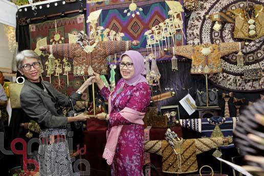 lantaibursa.id/MS Fahmi Ketua Umum Dewan Kerajinan Nasional (Dekranas) Mufidah Jusuf Kalla meninjau stand dalam Pameran Crafina 2016 di Jakarta Convention Center, Rabu (26/10).