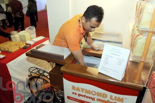 "Es Potong Sanwidch produksi Indonesia ""Raymond Lim"" salah satu stand yang ikut memeriahkan Pameran Crafina 2016 di Jakarta Convention Center, Rabu (26/10)."