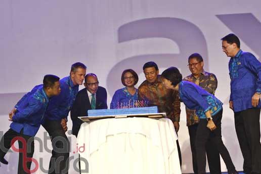 lantaibursa.id/MS Fahmi Presiden Direktur XL, Dian Siswarini (empat kiri) bersama Menkopolhukam Wiranto (empat kanan), Menkominfo Rudiantara (kedua kanan), Presiden Komisaris Axiata, Chatib Basri (tiga kiri) dan jajaran direksi berfoto bersama pada perayaan 20 Tahun XL Melayani Indonesia di Jakarta, Selasa (18/10).