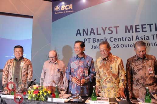 lantaibursa.id/MS Fahmi Presiden Direktur Bank BCA, Jahja Setiaadmadja (tengah) dan Presiden Komisaris Bank BCA, Djohan Emir Setijoso (dua kanan) serta jajaran direksi lainnya saat persiapan media briefing di Jakarta, Rabu (26/10).