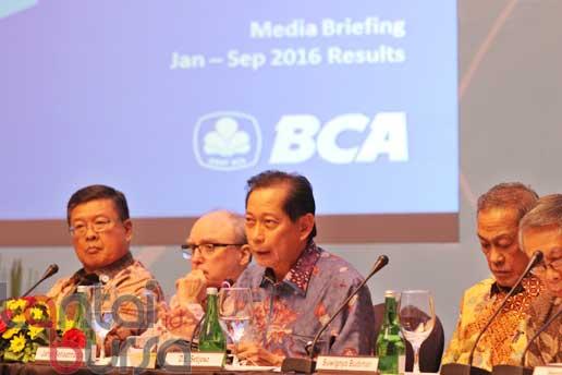 lantaibursa.id/MS Fahmi Presiden Direktur Bank BCA, Jahja Setiaadmadja (tengah) saat memaparkan kinerja BCA pada sembilan bulan pertama didampingi Presiden Komisaris Bank BCA, Djohan Emir Setijoso (dua kanan) serta jajaran direksi lainnya saat persiapan media briefing di Jakarta, Rabu (26/10).