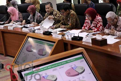 lantaibursa.id/MS Fahmi Direktur Utama BNI Syariah Imam Teguh Saptono (tiga kiri) didampingi jajaran direksi saat memapatkan kinerja triwulan BNI Syariah 2016 di Jakarta, Kamis (20/10).