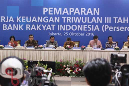 lantaibursa.id/MS Fahmi Direktur Utama Bank BRI Asmawi Syam (tiga kiri) bersama jajaran direksi menyampaikan hasil kinerja keuangan Triwulan III tahun 2016 Bank Rakyat Indonesia (Persero) Tbk di Jakarta, Selasa (25/10).