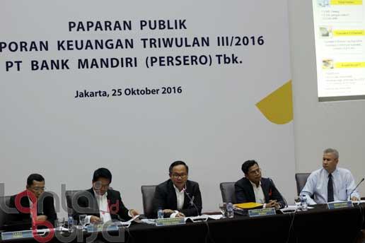 lantaibursa.id/MS Fahmi Dirut Bank Mandiri Kartika Wirjoatmodjo (tengah) didampingi direksi lainnya memaparkan kinerja Triwulan III-2016 Bank Mandiri di Jakarta, Selasa (25/10).