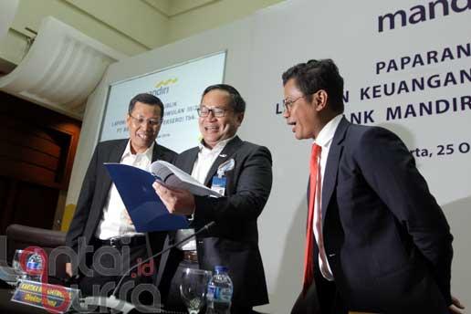 lantaibursa.id/MS Fahmi Dirut Bank Mandiri Kartika Wirjoatmodjo (tengah) berbincang dengan Direktur Retail Banking Tardi (kiri) dan Direktur Finance and Treasury Pahala N Mansury sebelum memaparkan kinerja Triwulan III-2016 Bank Mandiri di Jakarta, Selasa (25/10).
