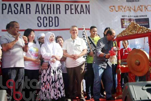 lantaibursa.id/MS Fahmi Walikota Jakarta Selatan Tri Kurniadi (kanan) saat memukul gong disaksikan bersama Pendiri Artha Graha Group Tomy Winata (tengah) dan Istri Almarhum Didi Petet, Uce Sariasih (ketiga kiri) menandakan pembukaan secara resmi Pasar Akhir Pekan (PAP) di kawasan SCBD, Jakarta, Sabtu (29/10).