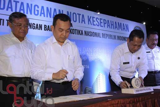 lantaibursa.id/MS Fahmi Direktur Utama PT PP Properti (PPRO) Tbk Taufik Hidayat (dua kiri) dan Kepala Badan Narkotika Nasional (BNN) Komjen. Pol. Budi Waseso (dua kanan) saat menandatangani kerjasama antara PT PP Properti Tbk dan Badan Narkotika Nasional disaksikan Deputi Pemberdayaan Masyarakat BNN Suedi (kanan) dan Direktur Keuangan dan Sumber Daya Manusia PPRO Indaryanto (kiri) di Jakarta, Kamis (20/10).