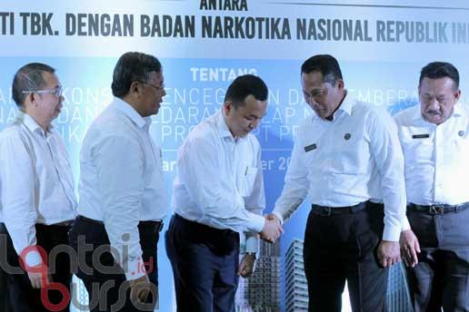 lantaibursa.id/MS Fahmi (kiri-kanan) Direktur Independen PT PP Properti (PPRO) Tbk Giyoko Surachmat, Direktur Keuangan dan Sumber Daya Manusia Indaryanto, Direktur Utama Taufik Hidayat, Kepala Badan Narkotika Nasional (BNN) Komjen. Pol. Budi Waseso, Deputi Pemberdayaan Masyarakat Suedi usai penandatanganan kerjasama antara PT PP Properti Tbk dan Badan Narkotika Nasional di Jakarta, Kamis (20/10).