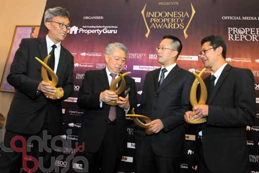 lantaibursa.id/MS Fahmi CEO dan Presiden Direktur PT Intiland Tbk Hendro S Gondokusumo (dua kiri) bersama (kiri-kanan) Direktur Proyek South Quarter Chandra Makmoen, Direktur PT Intiland Tbk Utama Gondokusumo dan Direktur Proyek Serenia Hills Permadi Indra Yoga berbincang usai menerima penghargaan Indonesia Property Award 2016 di Jakarta, Kamis (13/10). Intiland meraih 7 pengharaan pada kategori Best Developer, Best Comercial Development, Best Housing Develompent, Best Luxury Condo Development-Highly Commended, Best Housing Development, Best Office Development dan Best Office Architectural Design.