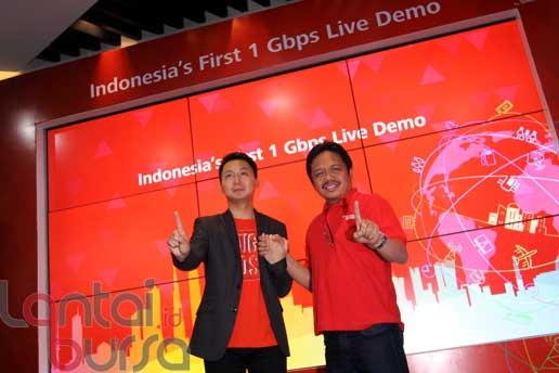 lantaibursa.id/MS Fahmi Direktur Network Telkomsel Sukardi Silalahi (kanan) dan Deputy CEO Huawei Indonesia Sun Xi Wei berpose usai pengujian teknologi seluler pertama di Indonesia yang dapat menembus kecepatan akses data lebih dari 1 Gbps, di Jakarta (21/10).