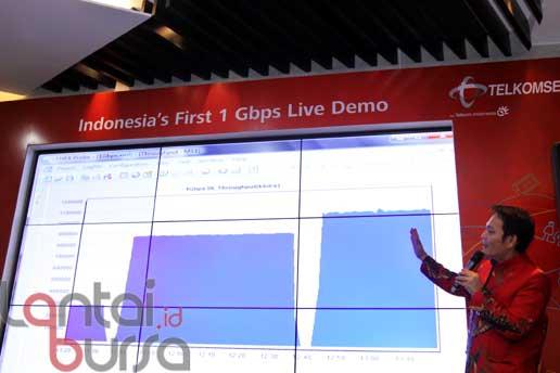 lantaibursa.id/MS Fahmi VP Technology & System Telkomsel Ivan Permana saat memperlihatkan statistik pengujian teknologi seluler pertama di Indonesia yang dapat menembus kecepatan akses data lebih dari 1 Gbps, di Jakarta (21/10).