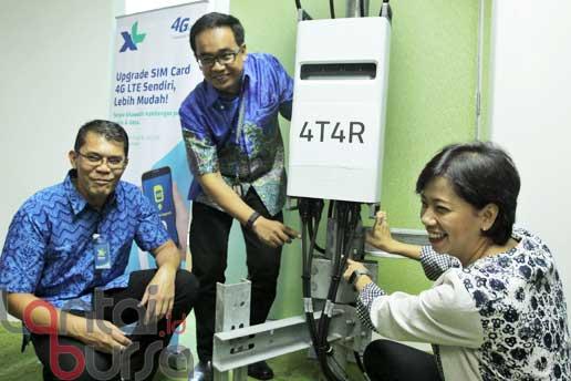 lantaibursa.id/MS Fahmi Direktur and Chief Service Management XL Yessie D Yosetya (kanan) bersama VP LTE XL Rahmadi Mulyohartono (tengah) dan VP of Network Ericsson Ronni Nurmal saat memperlihatkan teknologi 4T4R 4x4 MIMO dalam peluncurannya di Jakarta, Rabu (12/10). Untuk memaksimalkan kinerja 4G LTE sekaligus menjadi awal untuk penyelenggaraan 4,5G, XL mengimplementasikan teknologi 4T4R 4x4 MIMO pertama di Indonesia yang dapat meningkatkan kecepatan transfer data hingga hampir mencapai 300 Mbps.